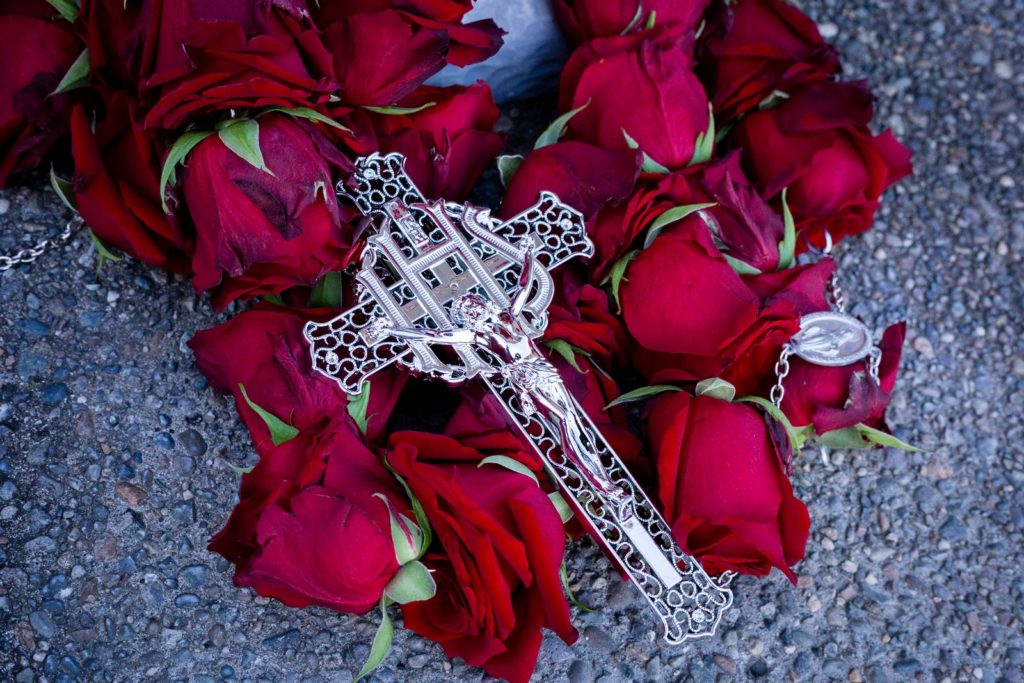fresh flower rosary, rosary from roses, funeral rosary, memorial flowers, funeral flowers